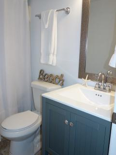 Hall bath w/tub