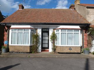 Beautiful 'Rose-Dene' -  detached self catering bungalow with ample parking, Minster on Sea