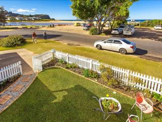 'Sandy Corner' - Lake & Beachfront, Avoca Beach