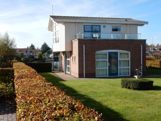 Villa Lisdodde 4 a/t waterfront, IJsselmeer beach., Workum