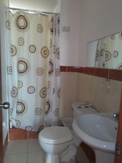 Baño de visitas, tiene también ducha con agua caliente
