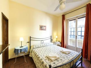 Just steps from Ponte Vecchio, warm, 3 bedroom apartment with terrace and available wifi, Florence