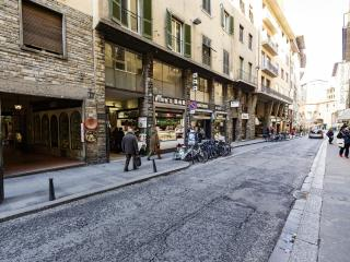 Just steps from Ponte Vecchio, warm, 3 bedroom apartment with terrace and available wifi