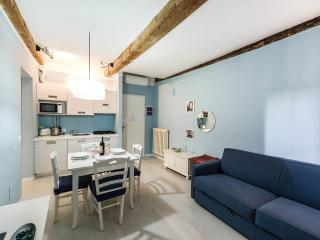 BLUE APARTMENT 'NEAR THE STATION AND THE MARKET'