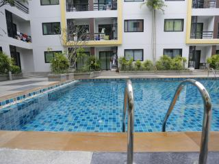Luxury central apartment with pool, gym & kitchen!