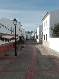 Pueblo de Zalea, típico pueblo blanco de Andalucía, 3 minutos a pie.Con Bares, resturantes, iglesia.