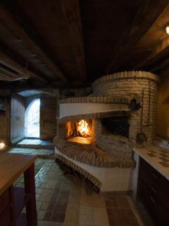 La cantina con il forno a legna e i barbecue, prenotabile