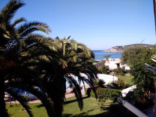 bilocale comodo delizioso in parco con piscina fra il verde e il mare di Forio