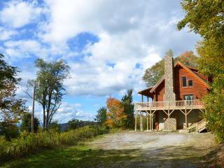 Cozy cabin with fire pit, hot tub & mountain views, Beech Mountain