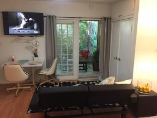 WOW MINS TO THE BEACH Stylish Studio W Florida Room in beautiful lush courtyard!, Lake Worth