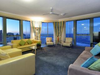 HUGE APARTMENT FOR A LARGE FAMILY OR GROUP OF 10, Surfers Paradise