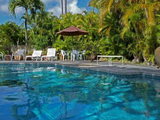 Kailua one bedroom with full kitchen and pool