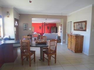 Spacious home and garden near beach, Table View
