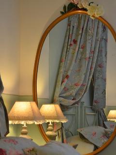 lo specchio della nonna nella camera Nella Primavera