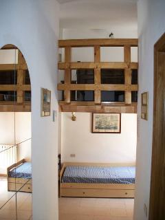 Sopra soppalco, sotto camera con 2 letti. A destra il bagno