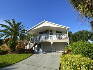 Indian Rocks Beach-Perfect stilt home just 2 blocks from the beach!!
