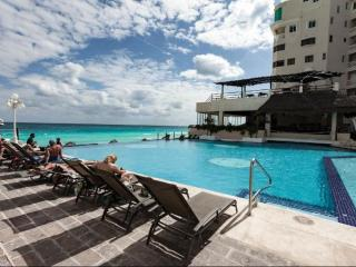 Sea View Studio in Cancun Plaza Condo, Cancún