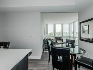COMFY AND VIBRANT FURNISHED 1 BEDROOM 1 BATHROOM APARTMENT, Deerfield