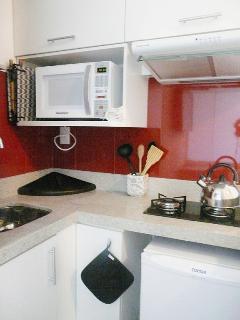 Cozinha com microondas e depurador