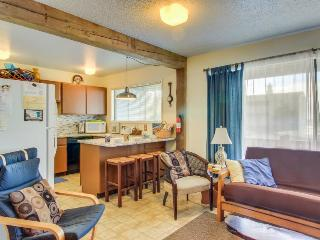 Oceanview, lower-level duplex across the street from the beach - dogs OK!, Newport