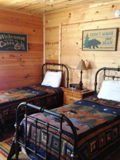 Twin bedroom with whimsical bear theme