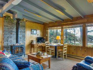 Dog-friendly cottage w/panoramic ocean views in a quiet area, Yachats