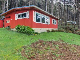 Dog-friendly cottage w/panoramic ocean views in a quiet area