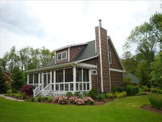 Charming Cottage - Walk to the Beach!, Douglas