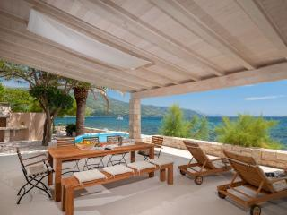 Villa Gracia Grande with sea water pool, at the beach in Orebic - Peljesac