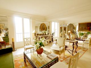 Elegant 3 Bedroom Palace Overlooking Tuileries, Parijs
