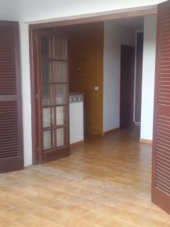 Acceso al apartamento con amplia terraza.