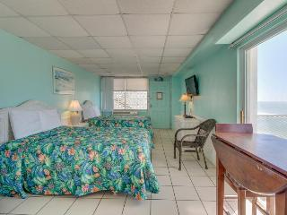 Ocean front condo w/ double balconies & shared pool. Close to all the fun!, Panama City Beach