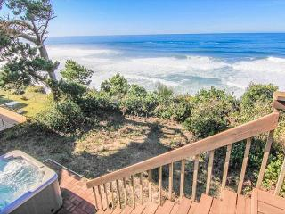 Great Ocean Front Home with Hot Tub!, Lincoln City