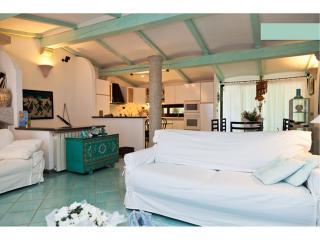 Sardegna: Cala Ginepro S.Teodoro Villa panoramica in piccolo resort con piscina
