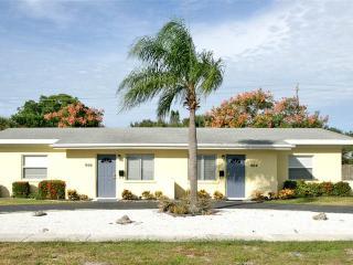 Harbor Duplex, 3 Bedrooms, Walk to Beach, WiFi, Sleeps 10, Venice
