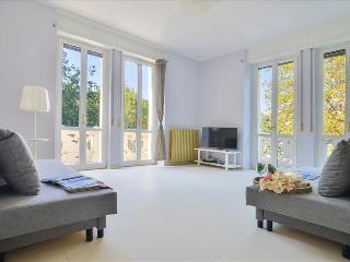 Modern 2 bdr apt with balcony, Milan