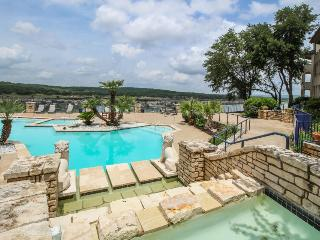 Lakefront, newly renovated, dog-friendly. Shared pools and hot tub!, Lago Vista