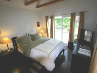 NEWLY RENOVATED, FULLY FURNISHED AND CHARMING 2 BEDROOM, 2 BATHROOM BUNGALOW, West Hollywood