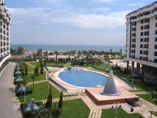 UNA Habitacion en piso Frente al mar, con jardines piscina gym y playa