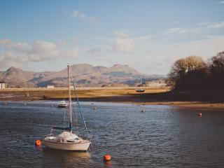 Stunning Waterfront Boathouse, Porthmadog