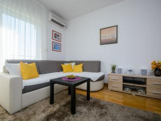 Cozy apartment near the beach in Okrug, Okrug Gornji