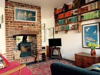 Pretty 2 bed cottage, minutes from beach & shops