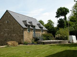 Country cottage apartment (15k South of Dinan)