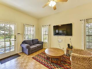 Sun-Drenched Austin Guesthouse on Historic Grounds – Sleeps 6