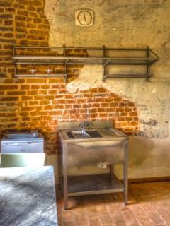 angolo con lavandino e piccolo frigorifero; nell'appartamento NON si dispone di una cucina intera