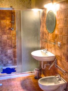 il bagno comune alle due stanze, accessibile dal soggiorno