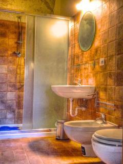 il bagno comprende un wc, un bidet, un box doccia