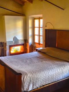 camera da letto anni Quaranta con camino