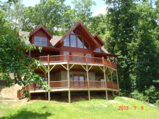 Secluded Log Home w/Breathtaking views. Hot Tub, Fire Pit, Game Room, WIFI!