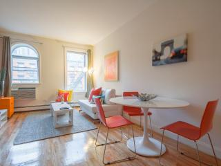 Spacious 2-bed Hell's Kitchen apt!, New York City
